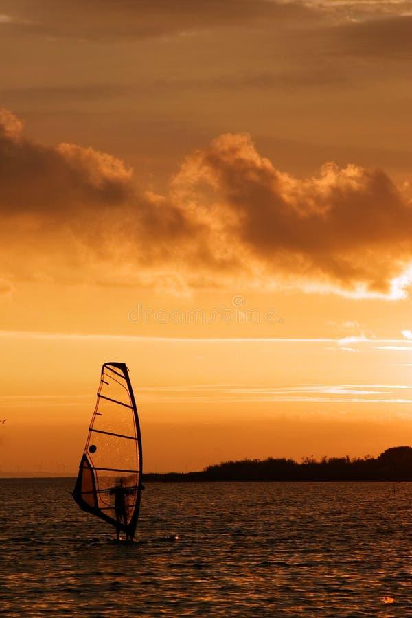Surfen am Sonnenuntergang stockfotos