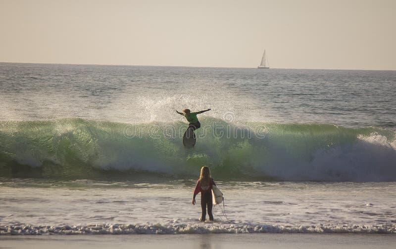 Surfend bij het strand van San Clemente, Californië royalty-vrije stock afbeelding