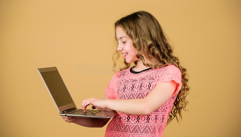 Surfend Internet Ontwikkel eigen blog Persoonlijke blog Sociale netwerken en blog Informatiebron Het moderne leven Blogging royalty-vrije stock afbeelding