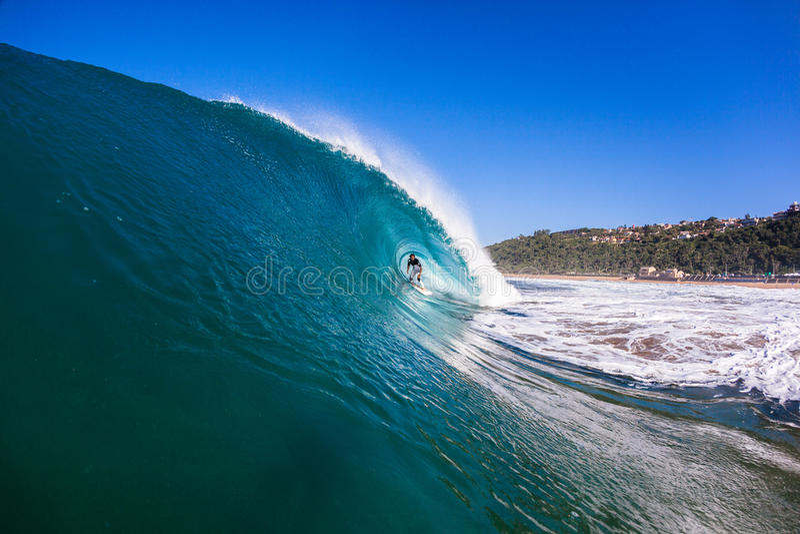 Surfende hohle Wellen-Fahrt stockbilder