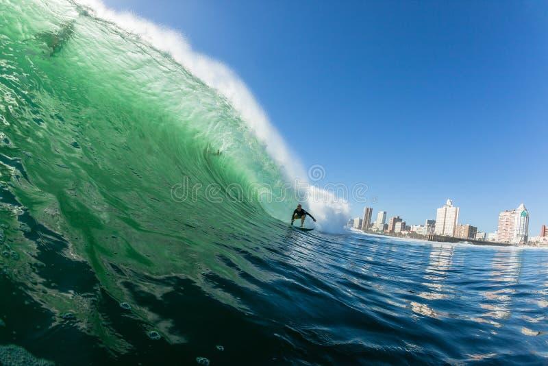 Surfende Surfer-Entweichen-Gefahrenwellen-Durban-Wasser-Aktion stockbild