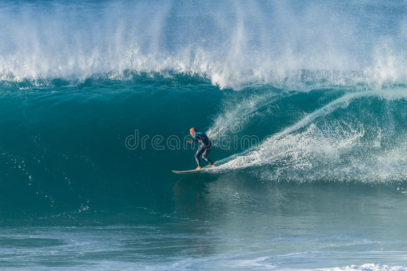Surfende Surfer-Welle stockfoto