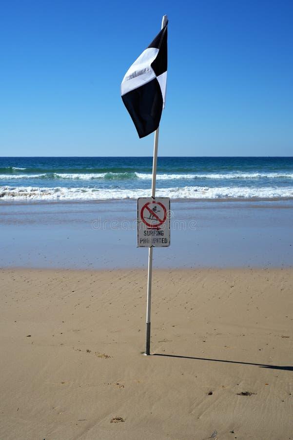 Surfende verbotene Flagge für Surfer und Schwimmer am Strand stockfotos