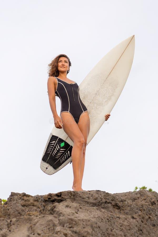 Surfende Zeit für sportliche Dame lizenzfreie stockbilder