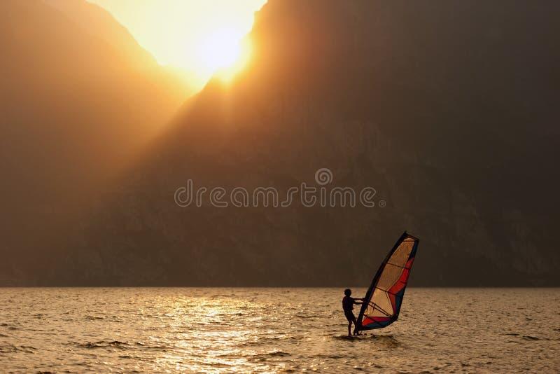 Surfender Sonnenuntergang-Wind-Sport lizenzfreie stockfotos