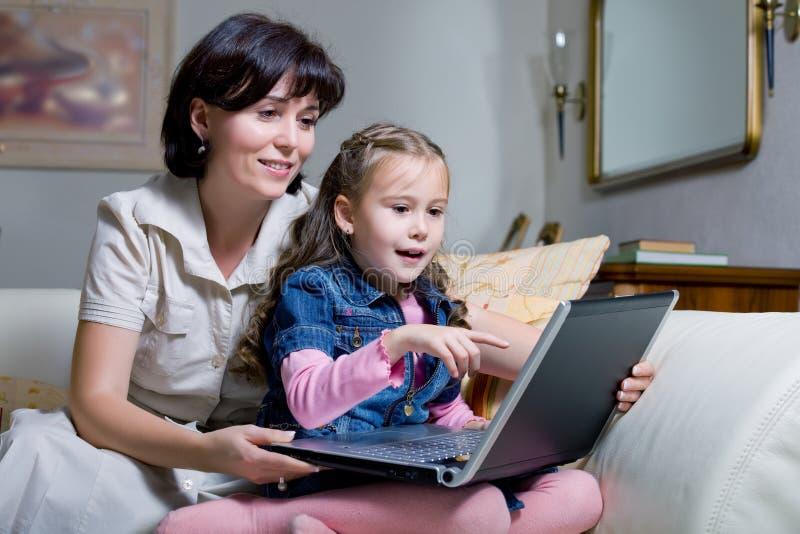 Surfendes Internet der Tochter und der Mammas lizenzfreie stockfotos