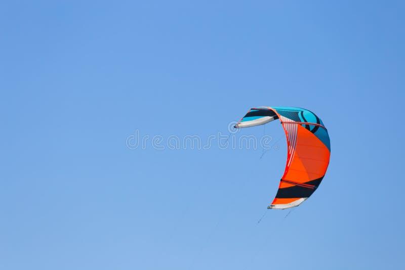 Surfendes Segel des Drachens auf dem Meer mit Hintergrund des blauen Himmels lizenzfreies stockbild