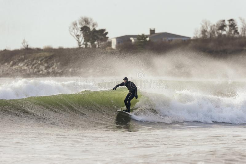 Surfer και ψεκασμός τη θυελλώδη ημέρα στοκ φωτογραφία