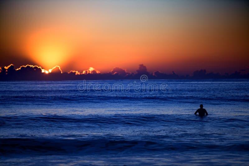Surfer au coucher du soleil photos libres de droits