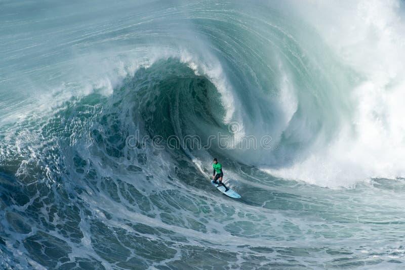 Surfer auf dem Vorweg die sich bewegende Foamywelle des Atlantik in Nazare, Portugal lizenzfreie stockfotos