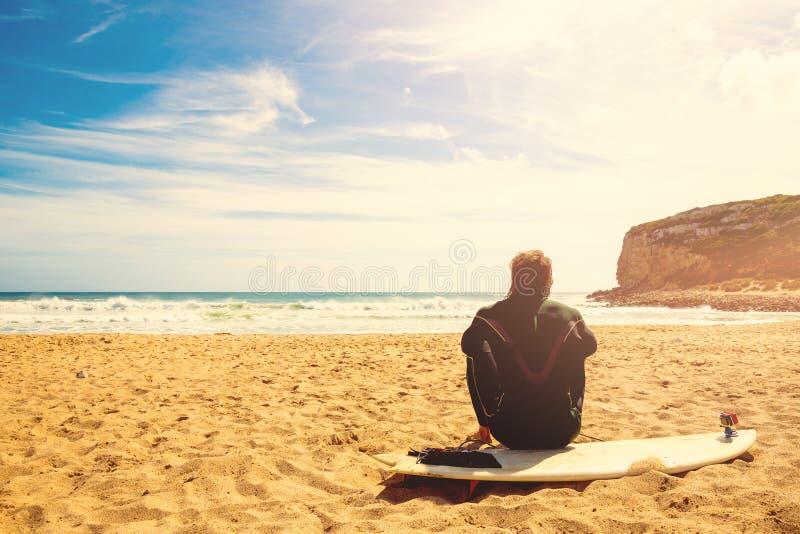 Surfer auf den Warteperfekten Wellen des Strandes lizenzfreies stockbild
