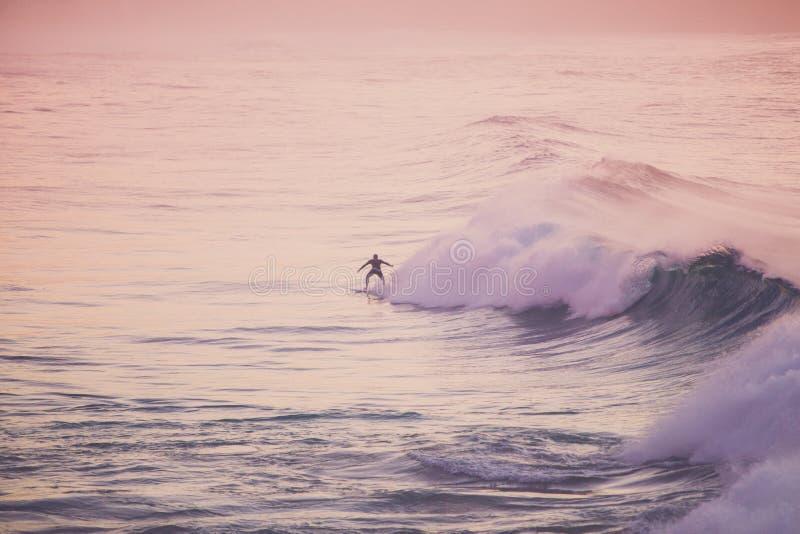 Surfer auf einer Welle stockbild