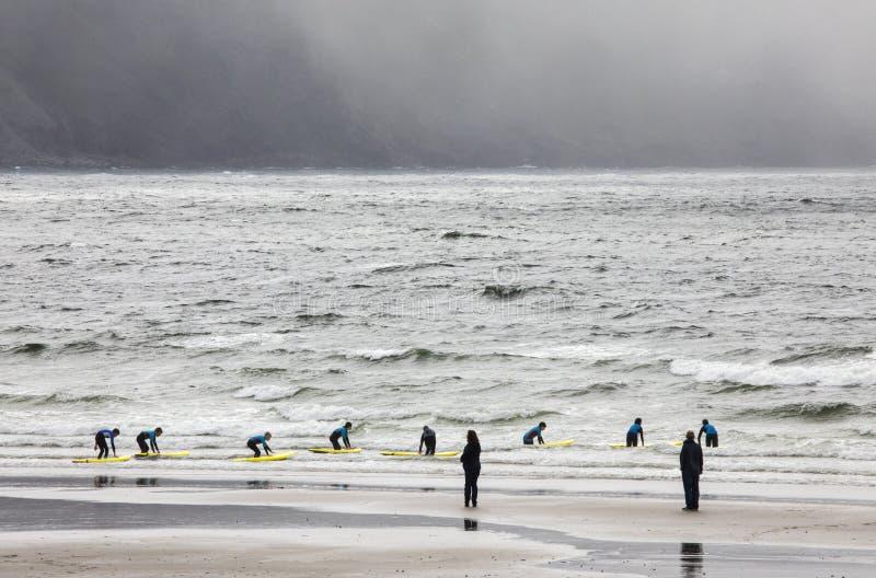 Surfer auf Keel Beach in Irland stockfotografie