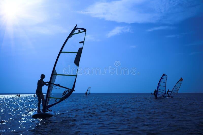 Surfer auf Sonnenschein lizenzfreies stockbild