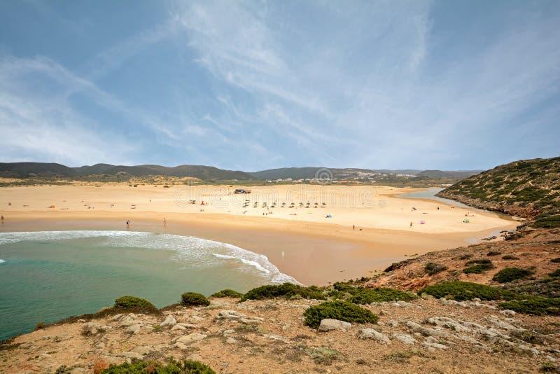 Surfer auf Surfbrettern am Praia DA Bordeira nahe Stelle Carrapateira, des Strandes und der Brandung, Algarve stockfotografie