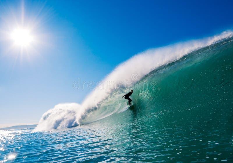 Surfer auf vollkommener Welle lizenzfreie stockbilder