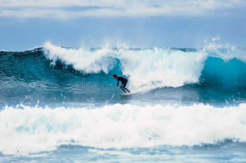 Surfer auf Welle stockbilder