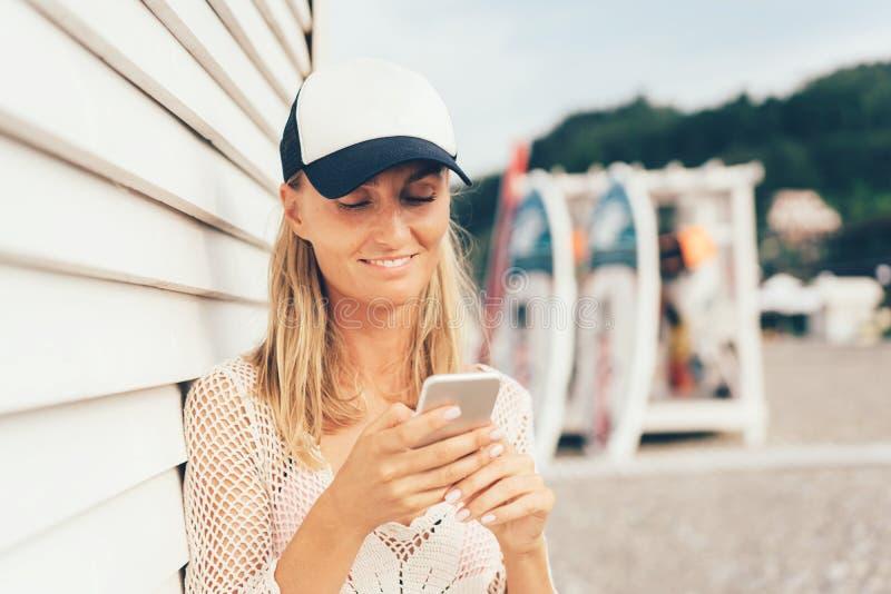 Surfer avec le téléphone image libre de droits