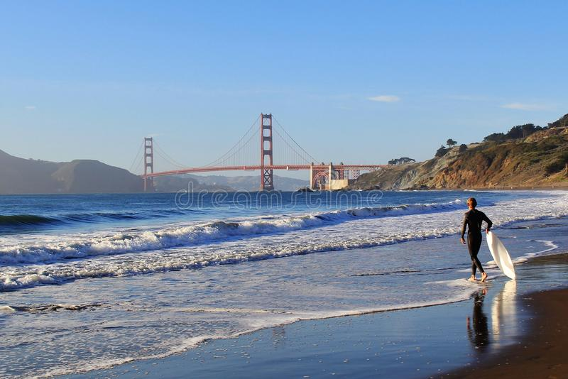 Surfer bei Golden gate bridge San Francisco USA lizenzfreie stockfotos
