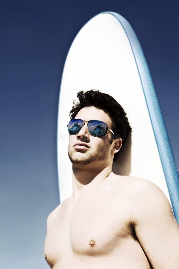 Surfer bij het strand stock afbeelding
