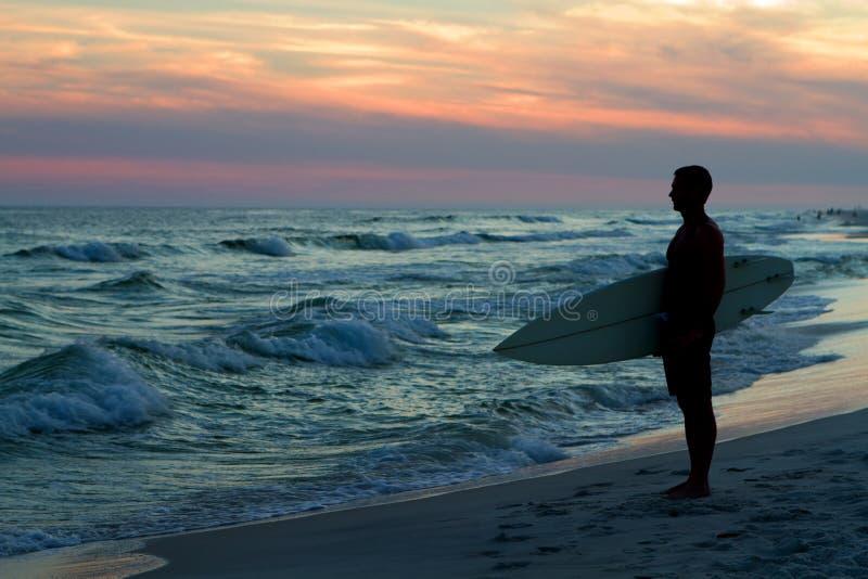 Surfer bij Zonsondergang royalty-vrije stock afbeeldingen