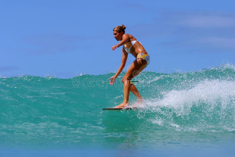 Surfer Brooke Rudow surfant en Hawaï image stock