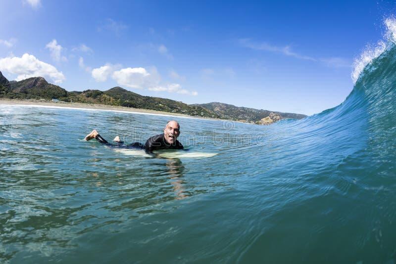 Surfer chargé image libre de droits