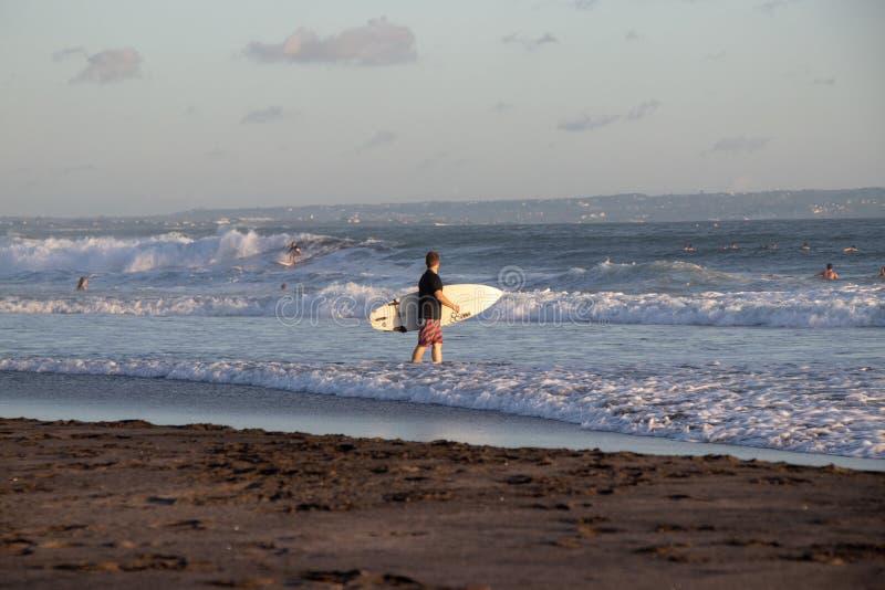 Surfer chez Cannggu Echo Beach dans Bali Indonésie photo stock