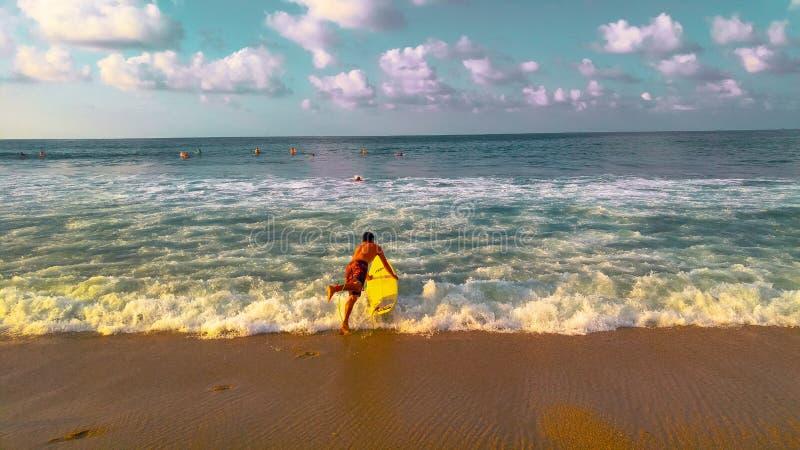 Surfer coloré en plage Nayarit de Sayulita photographie stock libre de droits