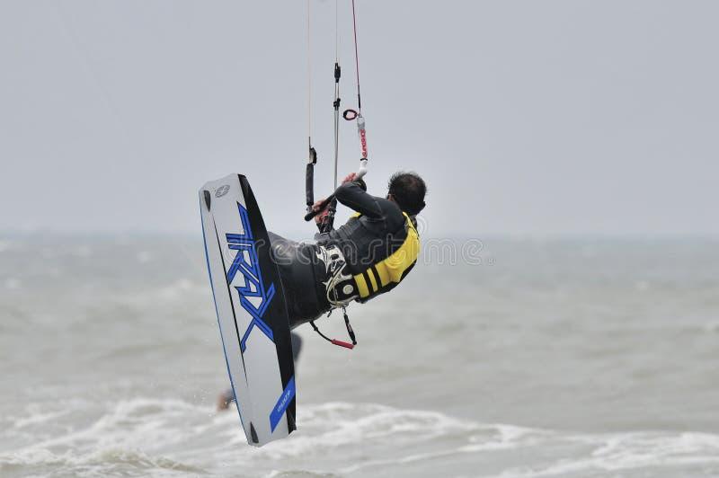 Surfer dans l'air. images stock