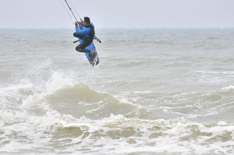 Surfer dans l'air. photo stock