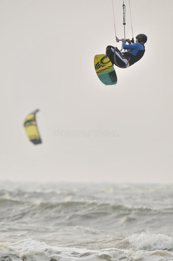 Surfer dans l'air. image libre de droits