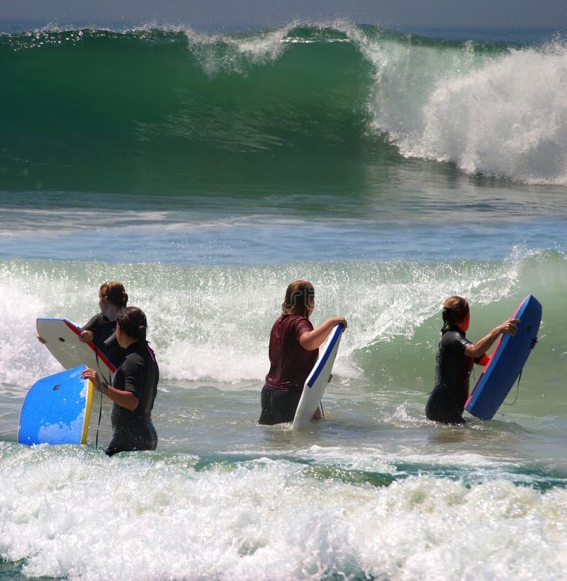 Surfer dans l'océan photographie stock
