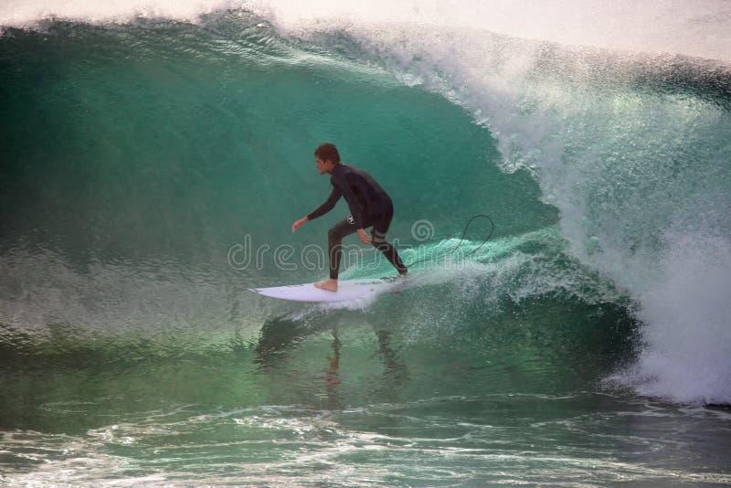 Surfer dans la canalisation photo libre de droits