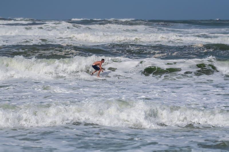 Surfer dans le Golfe du Mexique photo stock