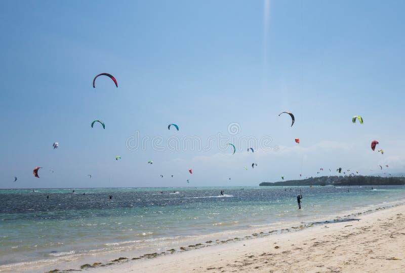 Surfer de cerf-volant à la plage photos libres de droits