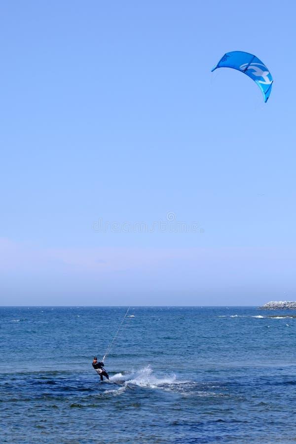 Surfer de cerf-volant photographie stock