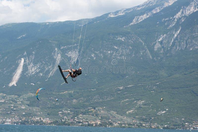 Surfer de cerf-volant dans le ciel au policier de lac, Italie image libre de droits