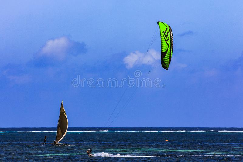 Surfer de Kiteboard dans la grande vitesse sur la plage Zanzibar de Jambiani photos stock