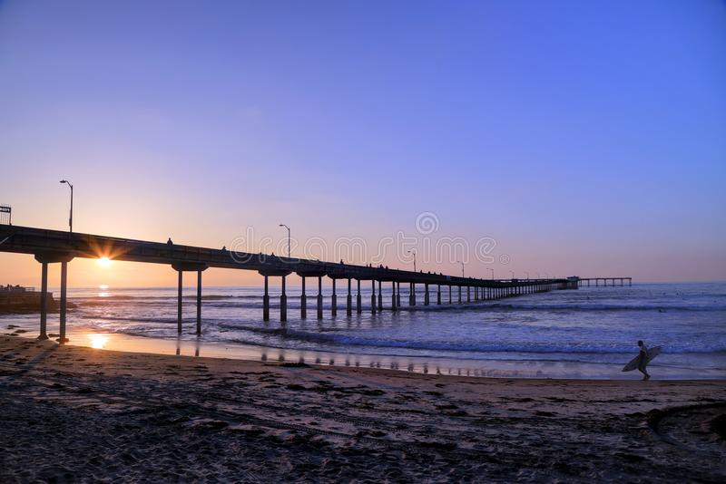 Surfer, der auf einen Strand geht lizenzfreie stockbilder