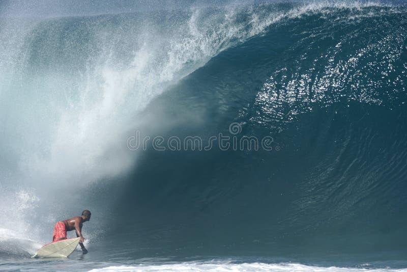 Surfer an der Banzai-Rohrleitung lizenzfreies stockbild