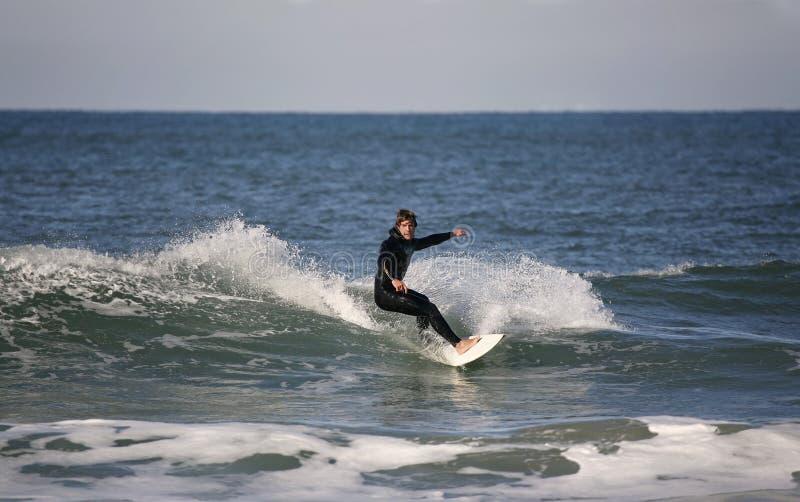 Surfer, der eine Vorhand bildet stockbilder