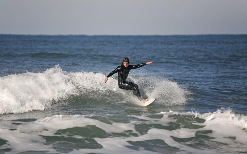 Surfer, der eine Vorhand-Kürzung bildet lizenzfreie stockfotografie