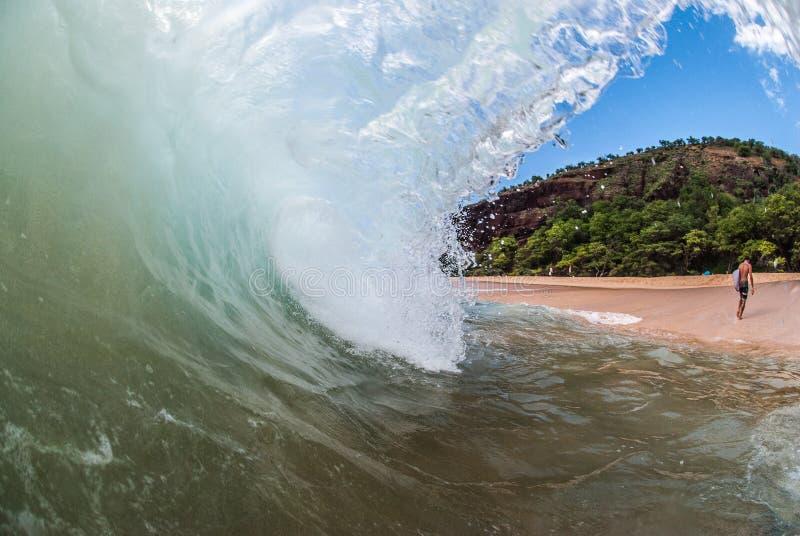 Surfer, der weg von einer Welle geht stockbild