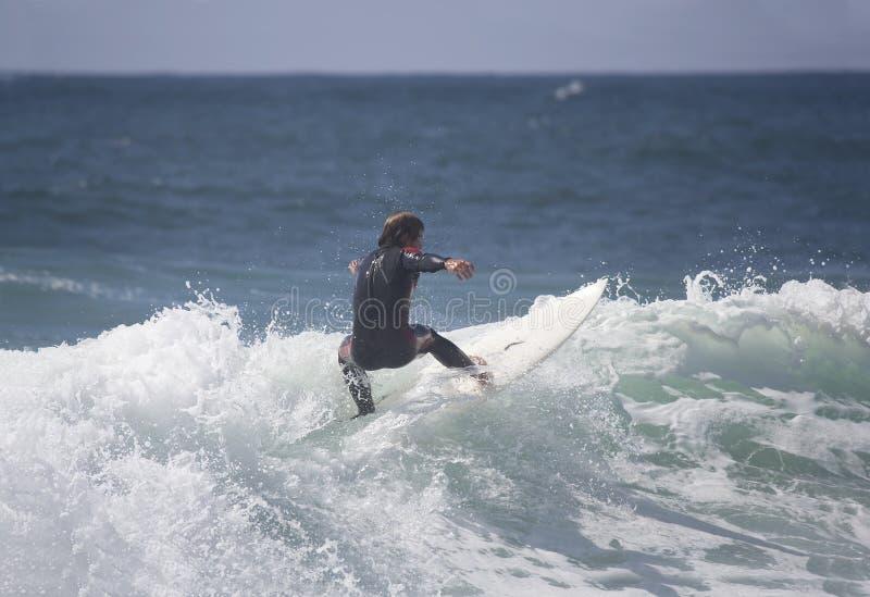 Surfer in der Welle lizenzfreie stockfotos
