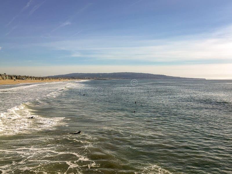 Surfer, die auf eine große Welle im Wasser von schönem Süd-Kalifornien warten stockbild