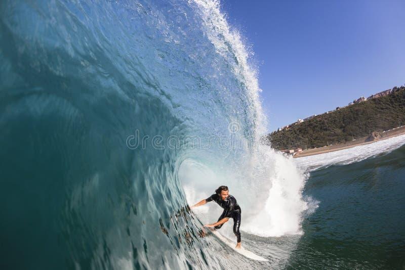 Surfer die binnen Golf surfen royalty-vrije stock fotografie