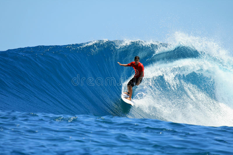 Surfer die blauwe golf, Mentawai, Indonesië berijdt stock fotografie