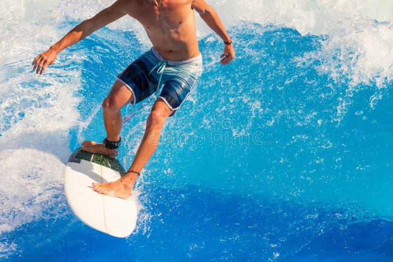 Surfer die de golven berijden stock foto's