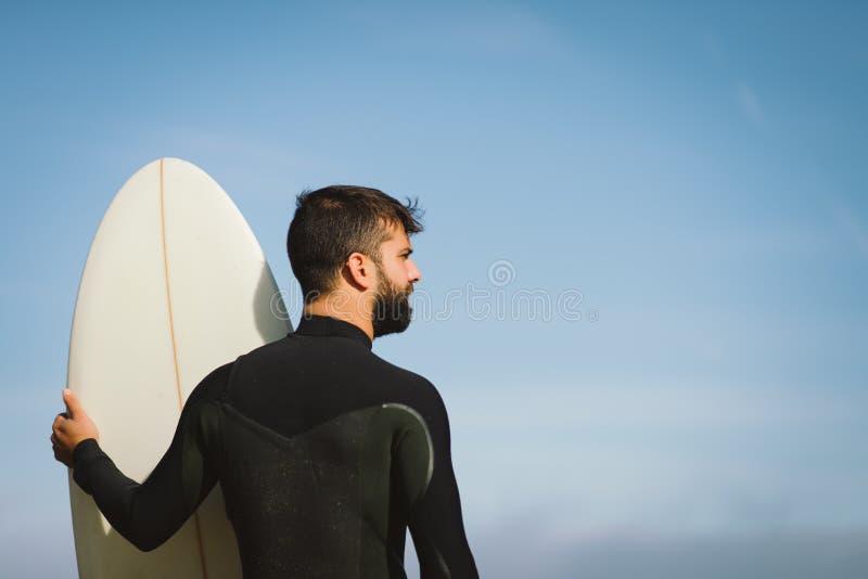 Surfer die golven zoeken alvorens te surfen royalty-vrije stock afbeeldingen